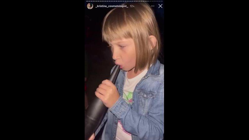 Семилетняя курит кальян
