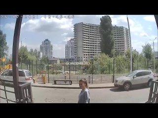 Девушка попала на запись камеры наблюдения