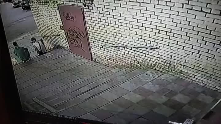 Вчера вечером в Весёлом посёлке (Невский район) парень в неадекватном состоянии бродил по району, вс...
