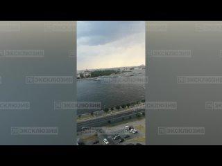 По сообщениям очевидцев, на Неве из-за сильного ветра столкнулись два корабля