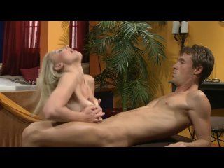 Madison Fox - Парень с крепким членом трахает пизду красивой блондинки и ебет телочку между сисек