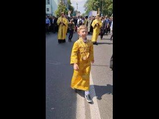 Видео с мальчиком, идущим впереди многотысячной колонны, опубликовано в телеграм-канале крестного хода.