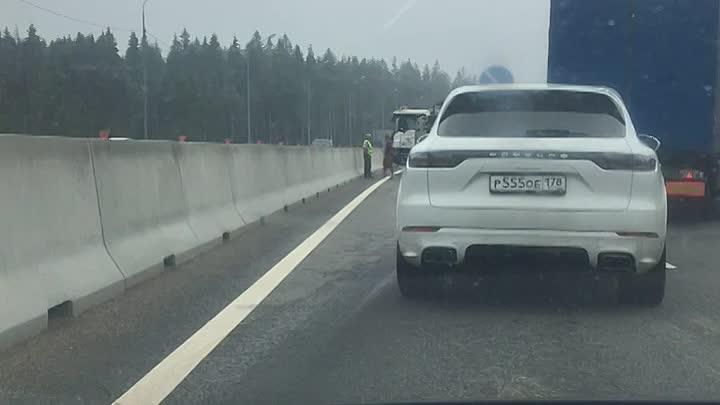 Самосвал завалился на Скандинавии в сторону спб. Две левые полосы заняты. Будьте внимательны.