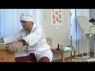 Наглый русский гинеколог трахнул пациентку в анал