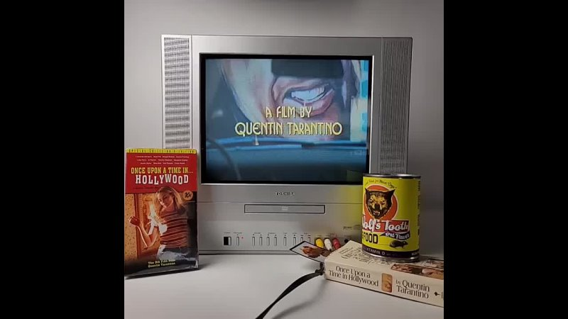 Включаем кассету с шедевром Квентина Тарантино как в старые добрые времена и наслаждаемся просмотром 🎬