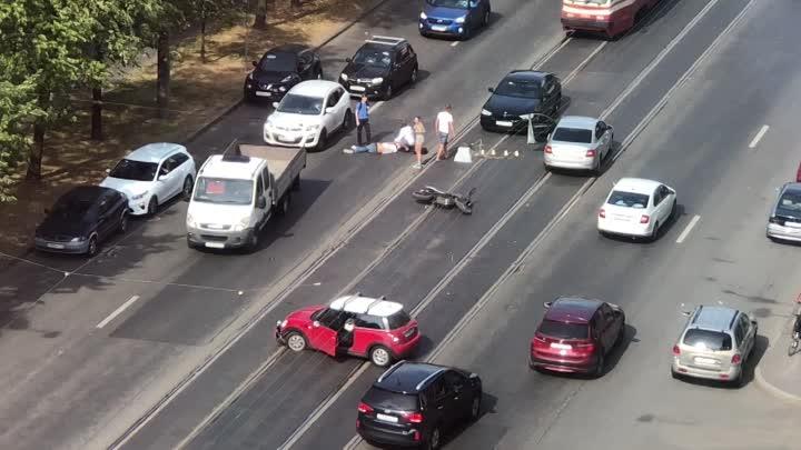 На Торжковской13 корп 1 девушка на Мини, разворачиваясь, сбила мотоциклиста