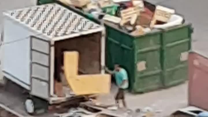 Во дворе по улице Подвойского сбрасывают мусор и уезжают.