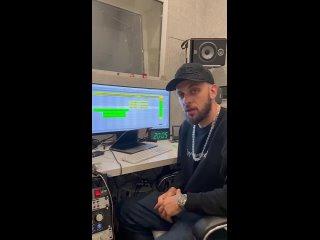 ST пишет трек на студии.