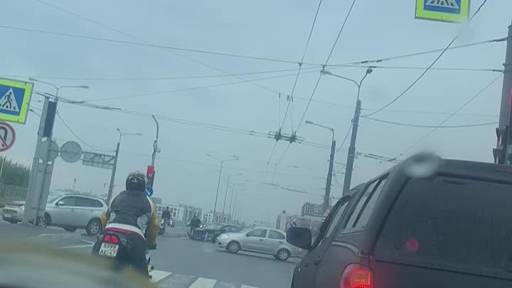 Авария на пересечении проспекта Ветеранов и Пионерстроя.