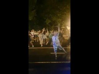 ДТП и ЧП Москва - Мужик заразил всех своим танцем