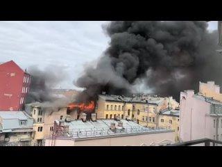 На Лиговском горит жилой дом