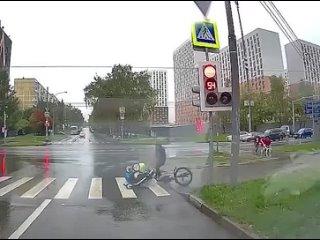 На перекрестке улиц Ясеневая и Елецкая в Москве ку...
