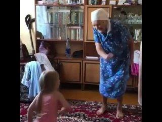 Пробабушка отжигает с правнучкой. Бабушка зажигалка. Старость не по чем. Долгих лет Вам. Внуки и правнуки дают вторую молодость.