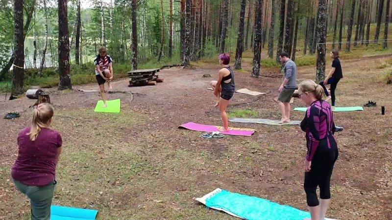 Тренировка по йоге в красивом месте
