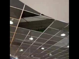 Потолок в ТЦ «Гринвич» едва не рухнул на покупател...