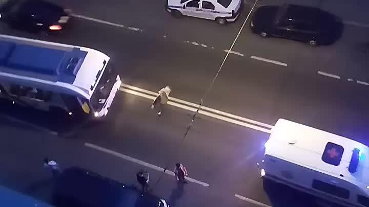 Троллейбус успел затормозить перед лежащей женщиной. Пролежала пару минут, потом погуляла и обратно ...