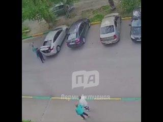 Видео с камер из Соликамска, где агитатор-единорос избил битой сына кандидата от «Справедливой России».