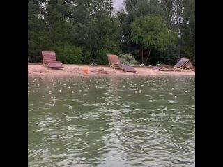 Романтика под грозой! Альбина Джанабаева и Валерий Меладзе плескаются в озере в непогоду