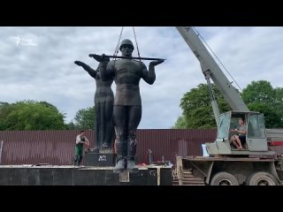Во Львове демонтировали советский монумент славы