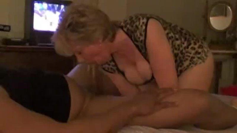 Старая зрелая блондинка делает минет большой член сосет