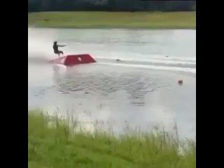 Безумный трюк на воде выполнен ()