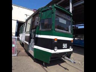 В Краснодаре появится трамвай в символике ФК «Краснодар». Сейчас его обклеивают по стандарту: номерные знаки, обозначения выходо
