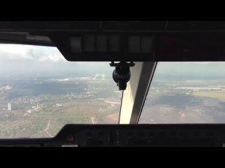 Посадка самолета на взлетную полосу Донецкого аэропорта с восточного подхода.