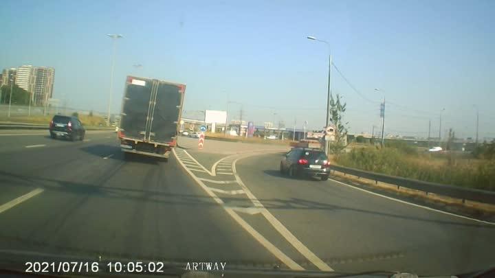 При перестроении с Витебского проспекта на Московское шоссе, Девушка на белой Камри не смогла перес...