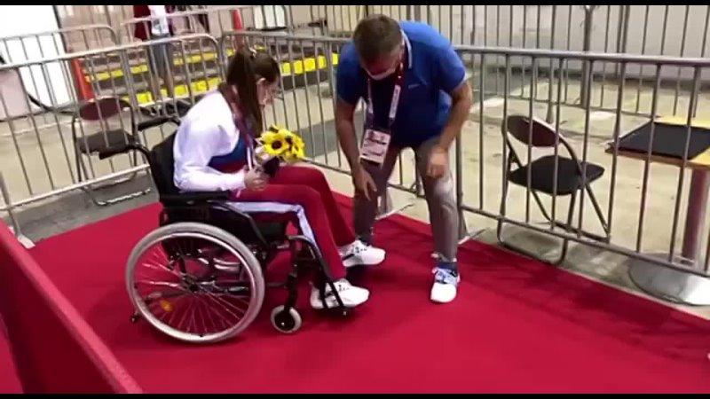 Марта Мартьянова покидает арену на инвалидной коляске