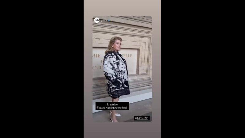 2021 1080p Catherine DENEUVE @ Paris Fashion Week 5 octobre 2021 show Louis Vuitton 4