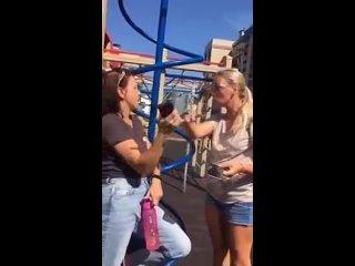 В Петербурге злая блондинка прогнала особенных детей с детской площадкой