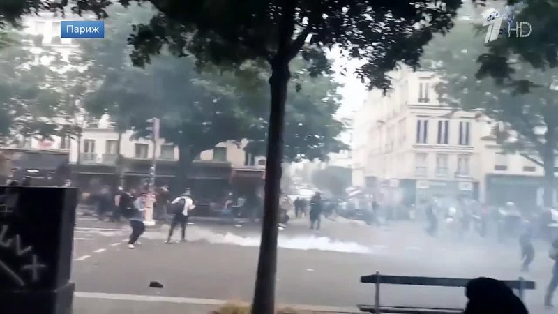 В Париже полиция применила слезоточивый газ и водомёты для разгона участников акции против санитарных паспортов