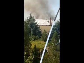 Женщина плачет и наблюдает как горит ее дом в Александровке