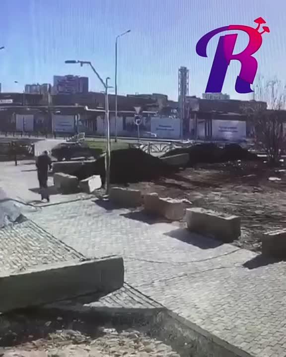 Какой-то недоброжелатель натянул трос посреди дороги, рядом с жилым кварталом.