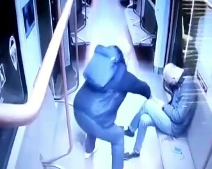 Ночью москвич похитил телефон у спящего пассажира в вагоне поезда между станциями «Курская» и «Парк культуры».
