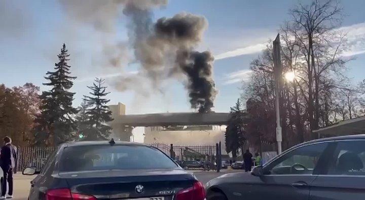 Со стороны спорткомплекса ЦСКА видно чёрный дым — предположительно, горит крыша