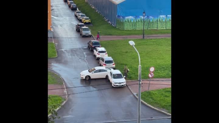 Дтп на выезде с многоуровневой парковки ТРК Июнь.