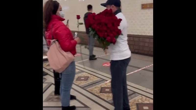 В столичном метро кавказец в футболке с надписью Я дагестанец Нет плохой нации раздавал женщинам цветы и шоколадки