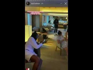 Damian Lillard sendo zoado pelo time feminino de basquete dos EUA por causa do corte de cabelo que saiu errado