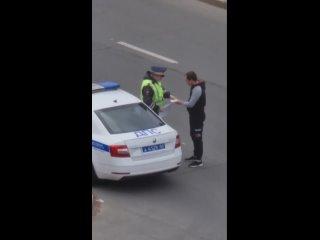 Водитель что-то передал инспектору ДПС