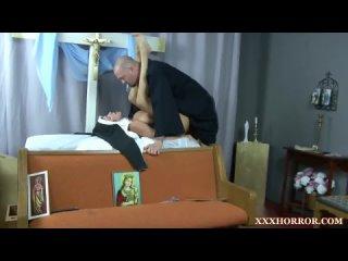 Священник трахает зрелую монашку в церкви, кончил сперму на лицо (Nun монахиня минет раком анал horror hard христианку грешные