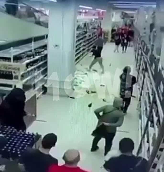 Очередной дурачок тиктокер устроил погром в Ашане, разбив бутылок с алкоголем на 117 тыс.