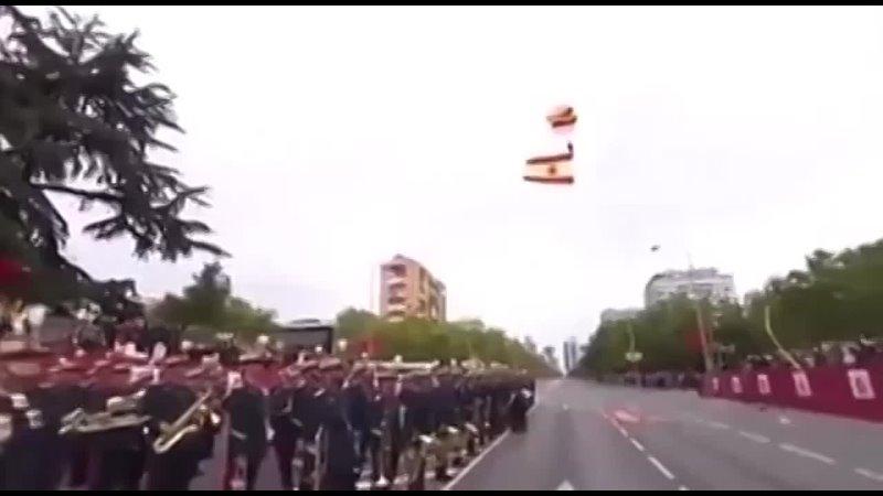 В Испании во время парада парашютист с национальным флагом застрял в проводах