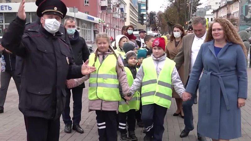 Шагающий автобус школьников прошел по центру Курска