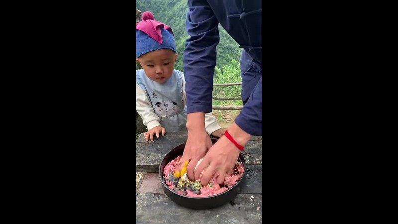 Учит своего сына готовить традиционную еду
