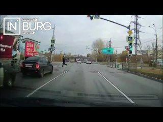 Мужчина перебежал дорогу на запрещающий сигнал све...