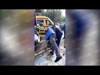 Женщина пострадала в ДТП на остановке в Москве