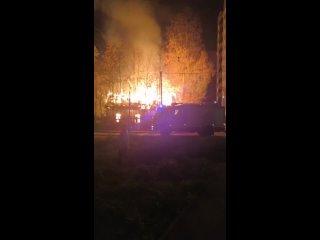 В Выборге на Травяной улице горит заброшенный домС...