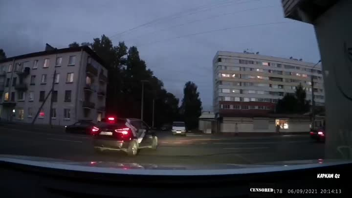 При повороте налево (без включения поворотника) с Добрушской на Пограничника Гарькавого, молодой вод...
