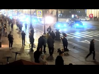 ❗️Момент тарана людей в центре Петербурга на пешех...